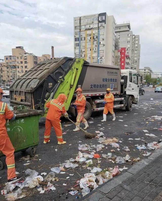 """环卫工人正在清扫 今日头条网友""""大白的vlog """" 图"""